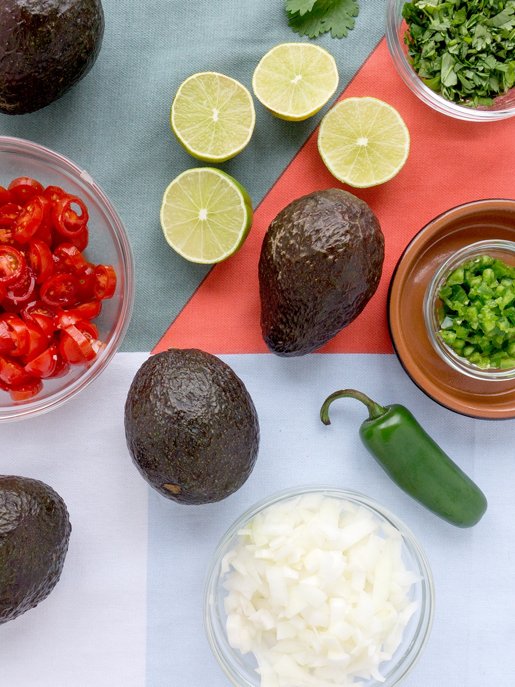 The BEST Guacamole Recipe! This is our go to for healthy snacking - my favorite is on top of a sea salt rice cake or for breakfast on top of an english muffin with an egg. But it's also a delicious appetizer for dipping your favorite chips! | GUACAMOLE | MEXICAN | DIPS | PARTY | GAME DAY | APPETIZERS | Recipe at OatandSesame.com