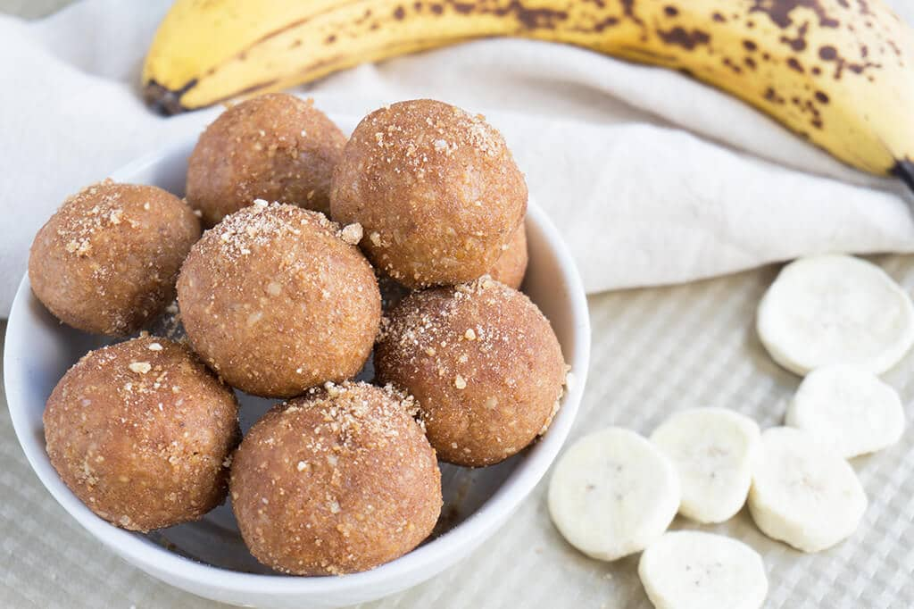 Peanut Butter, Banana Powder, Flax Seeds + Oat Bran make these delicious No Bake Peanut Butter Banana Bread Bites! A couple bites and you'll satisfy that sweet tooth! | SNACKS | PEANUT BUTTER | HEALTHY | NO BAKE | Recipe at OatandSesame.com